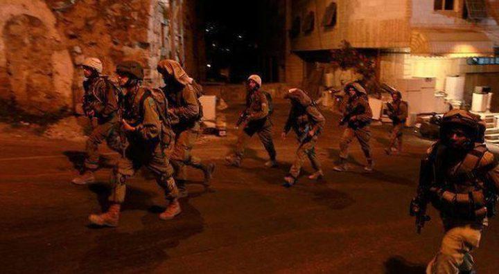 الاحتلال يعتدي بالضرب على ثلاثة مواطنين بالخليل