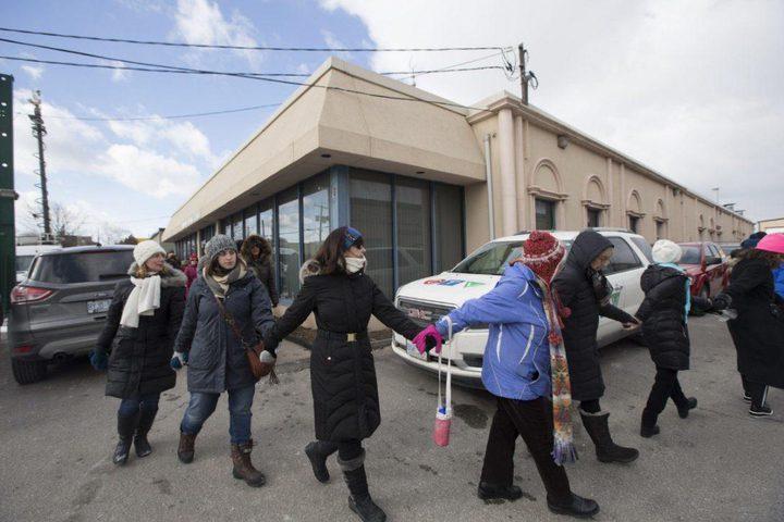 كنديون غير مسلمين يصطفوا لحماية المصلين