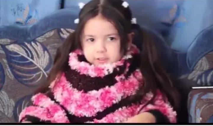 فيديو: طفلة يلقنها والدها بالعربية وترد له الكلمات بالإنجليزية
