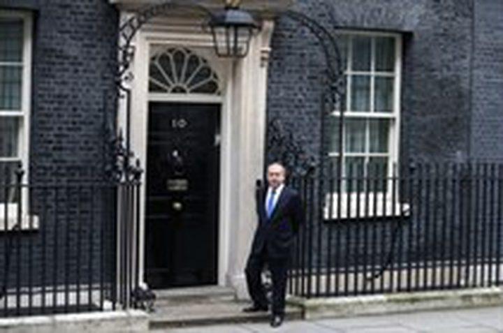نتنياهو على مدخل رئيسة وزراء بريطانيا وحيدا (فيديو)