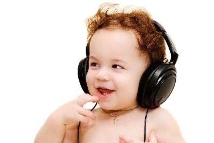 دراسة: الطفل يسمع الموسيقى بعمر شهر