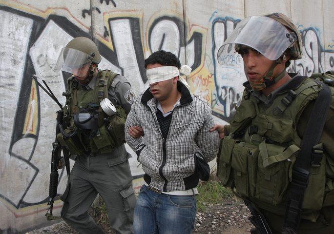 اعتقال شابين بزعم محاولاتهما تهريب أموال لغزة