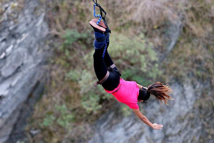 بالفيديو.. فتيات يقمن بقفزات جنونية