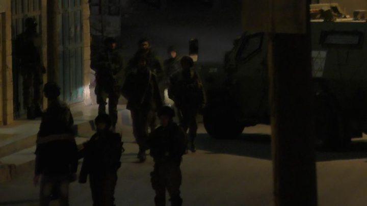 اعتقال  ثمانية شبان في الضفة
