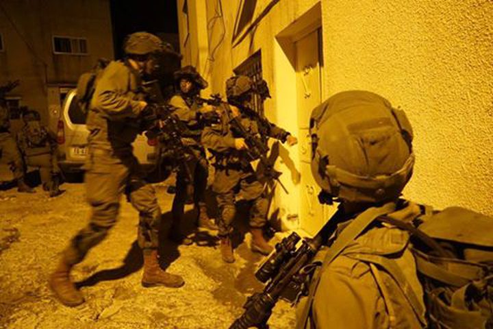 الاحتلال يعتقل مواطنا وأولاده السبعة بالخليل