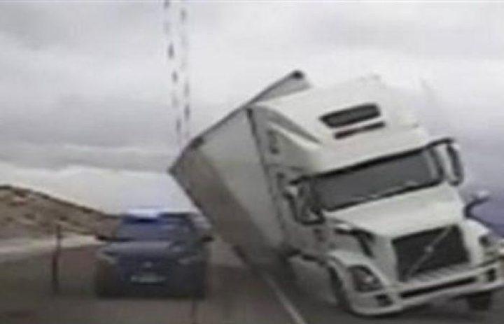 شاحنة تسحق سيارة شرطة في الولايات المتحدة
