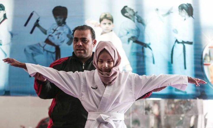 """غزة .. """"منة الله """" كفيفة خرجت عن المألوف (صور)"""