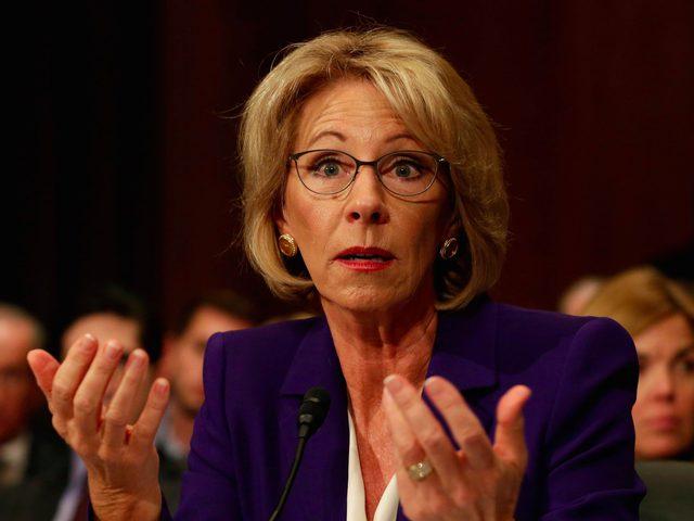 منع وزيرة التعليم من دخول مدرسة في أمريكا