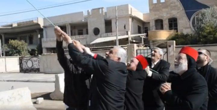 شاهد لحظة إزالة راية داعش من أعلى الكنيسة في العراق