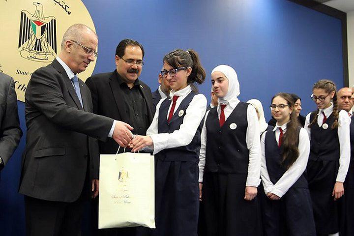 """الحمد الله يكرّم طالبات """"طلائع الأمل"""" الحاصلة على جائزة أفضل مدرسة عربيا"""