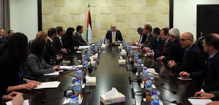 رئيس الوزراء يطلع وفدا أوروبيا على انتهاكات الاحتلال
