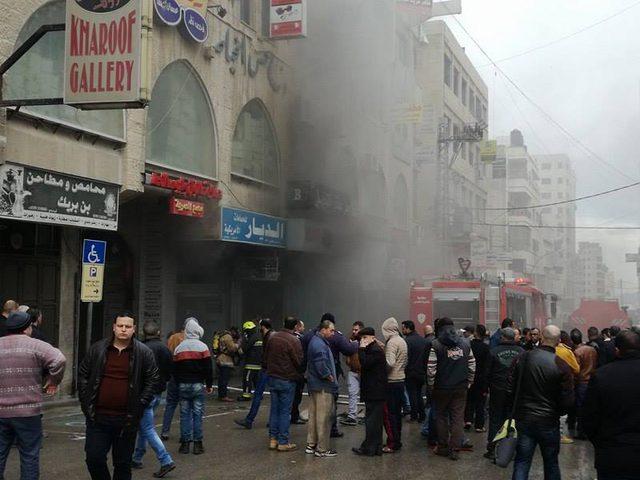 تصاعد أعمدة الدخان من محل تجاري في نابلس
