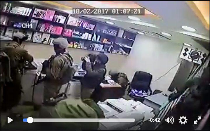 كاميرا مراقبة ترصد اقتحام وسرقة محتويات مكتبة في الخليل