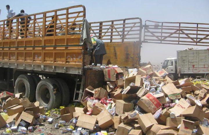 اتلاف مواد غذائية فاسدة في غزة