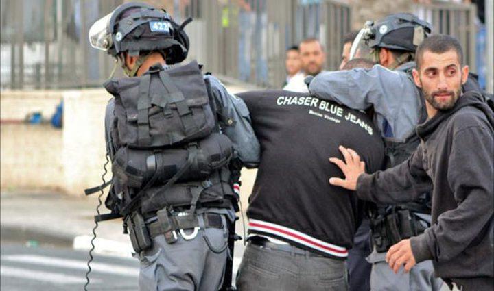 الاحتلال يعتقل سائقاً تحت تهديد السلاح جنوب الخليل