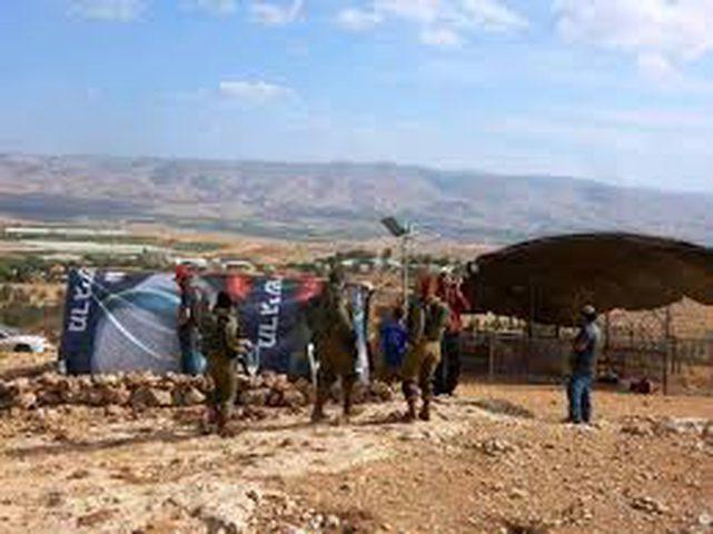 المستوطنون يهددون سكان خلة حمد بالأغوار