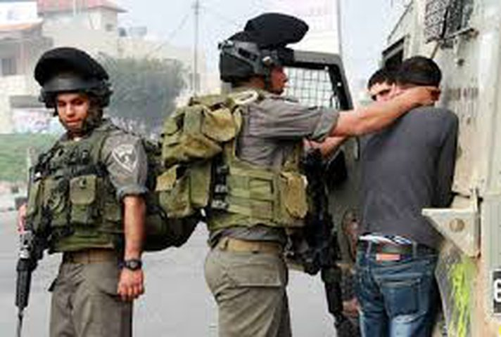 """التحقيق مع جندي اسرائيلي """"قضى حاجته"""" على أسير"""