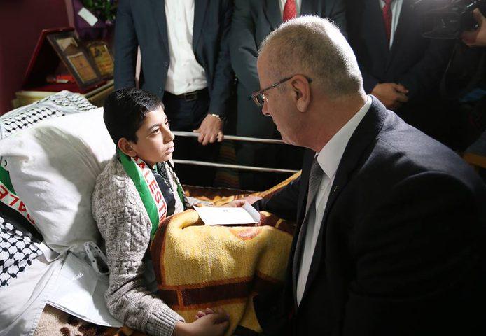 رئيس الوزراء يتفقد مستشفى بيت جالا ويعود عددا من المرضى