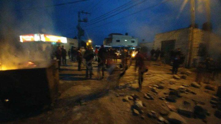 """شبان غاضبون في قرية تياسير : """"بدنا زفتة"""" (صور)"""