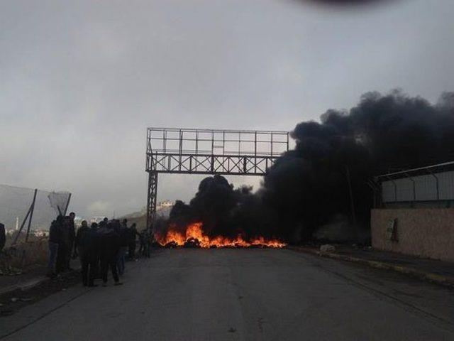 رام الله: شبان محتجون يغلقون شارع رام الله- نابلس