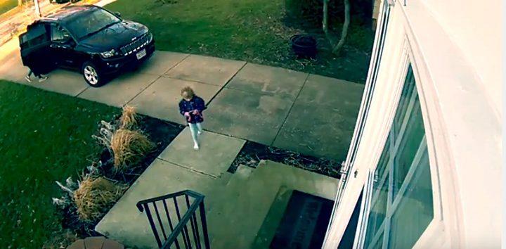 شاهد ماذا فعلت الرياح العاصفة في الطفلة