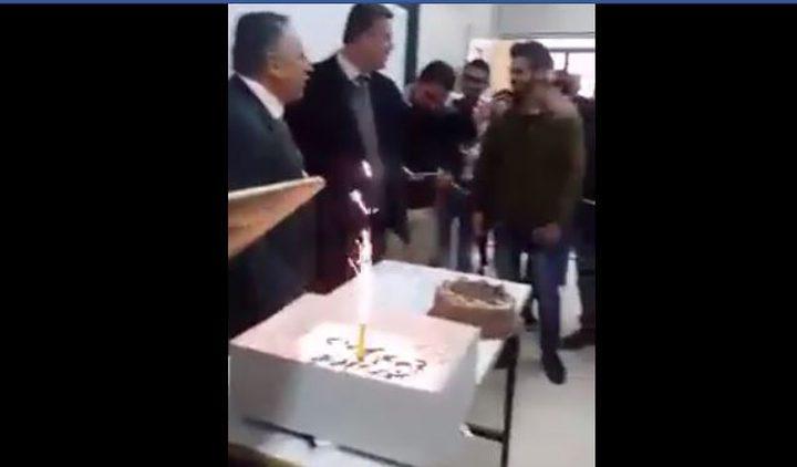 طلبة في جامعة النجاح يحتفلون بمدرسهم