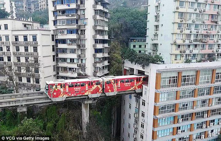 قطار في مبنى بالصين