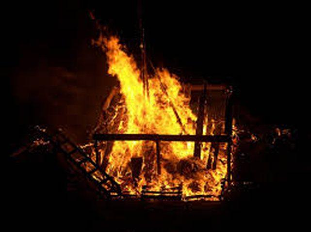 مختل يحرق مسجداً بالمصليين في الجزائر