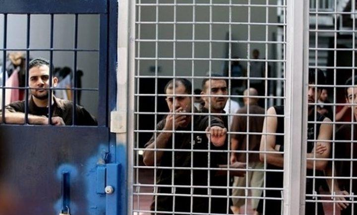 """إدارة سجن """"عوفر"""" تنقل الأسرى المضربين إلى العزل"""