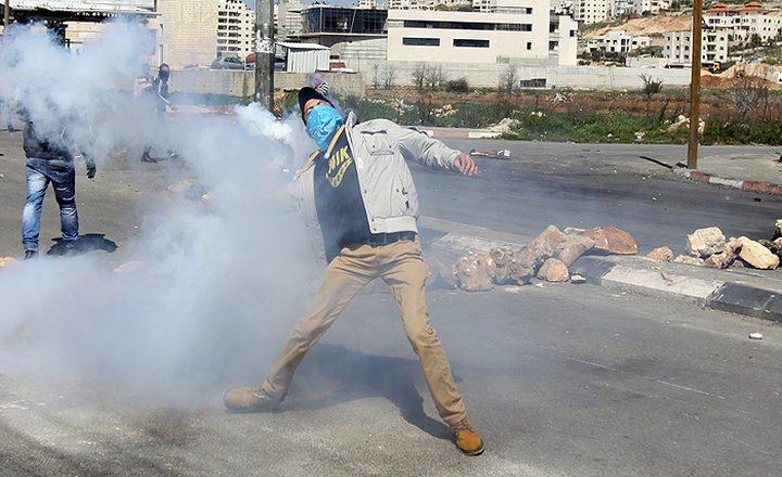 """الاحتلال يقمع مسيرة """"عوفر"""" بقنابل الغاز"""