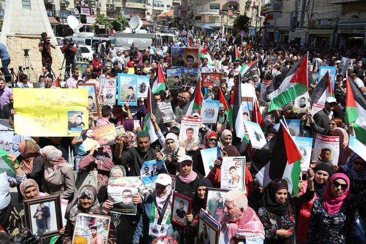 """مسيرة داعمة للإضراب على أبواب """"عوفر"""""""