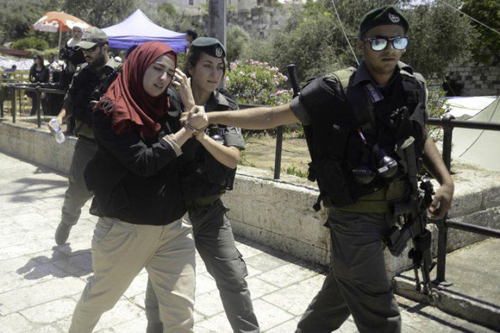 الاحتلال يوقف شقيقتين بزعم حيازتهما مواد متفجرة