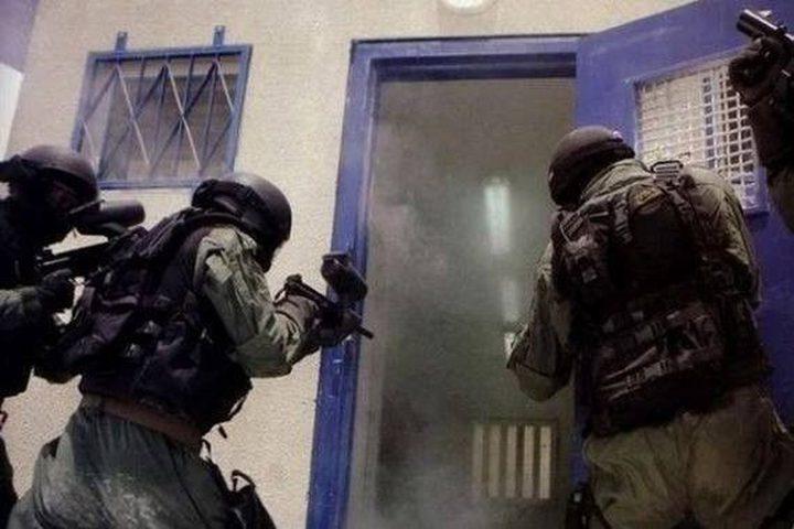 قوات القمع تعتدي على الأسرى المضربين في سجن نيتسان