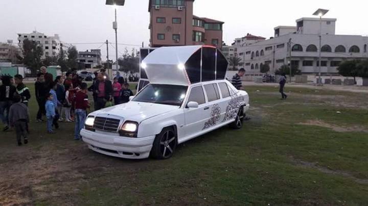 سيارة ساندريلا الملكية للعرسان تسير في غزة