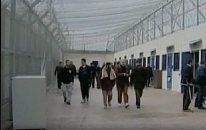 تفاصيل معاناة الأسرى خلف قضبان السجان (فيديو)