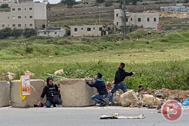 الاحتلال يقمع مسيرة مساندة للأسرى  (فيديو)