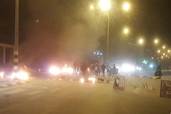 مواطنون يغلقون الشارع الرئيسي نابلس- طولكرم
