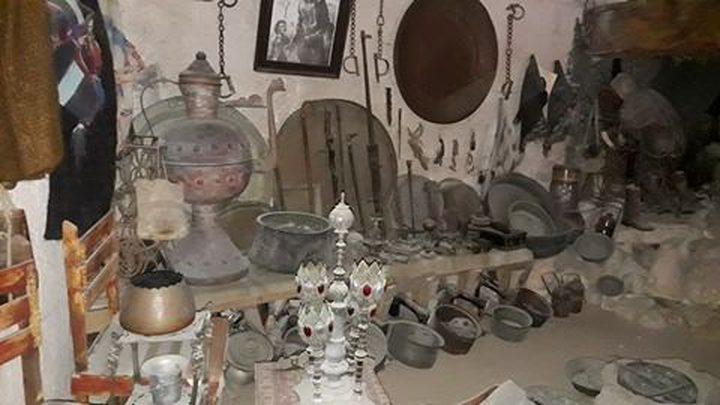 غزي... هوايته جمع مقتنيات الحضارات القديمة في منزله