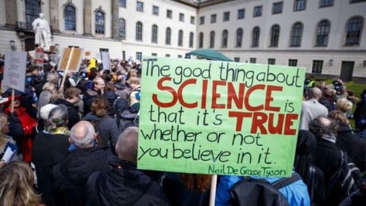 مظاهرات حول العالم بسب تهجمات السياسيين على العلم