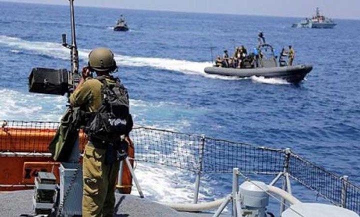 الاحتلال يستهدف مراكب الصيادين بغزة