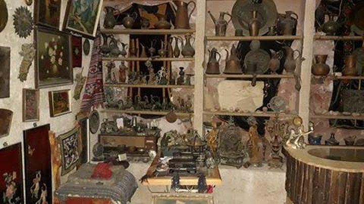 مواطن يجمع مقتنيات وآثار من الحضارات القديمة بمنزله