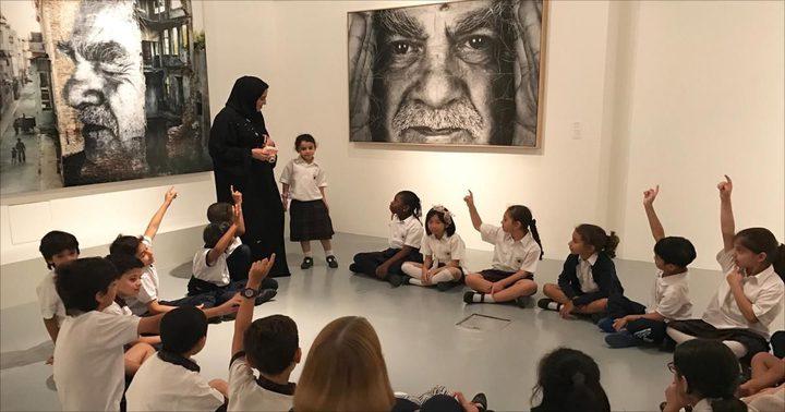 تقريب الطلاب من أعمال الفنان جي آر في قطر