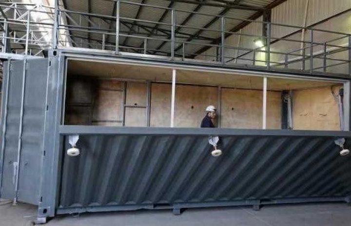 تحويل حاويات الشحن المعدنية إلى منازل سكنية بمصر
