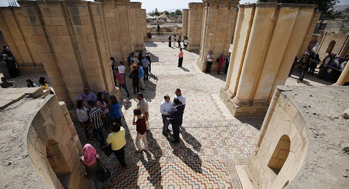 إسرائيل تلغي قرارا بمنع دخول السياح الوافدين إلى فلسطين