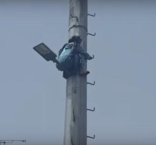 """مسنة تتسلق عامود كهرباء في المغرب""""فيديو"""""""