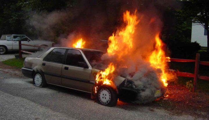 مستوطنون يحرقون مركبة فلسطينية