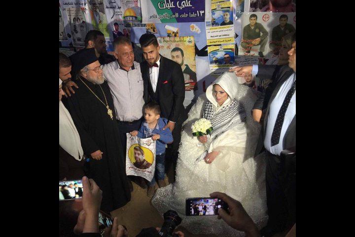 شاب يحتفل بزفافه في خيمة اعتصام تضامنا مع الأسرى (صور)