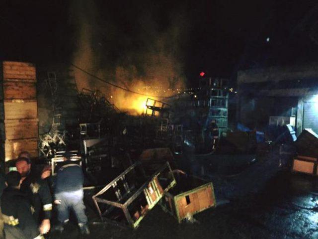 """حريق ضخم في """"حسبة"""" بيتا بسبب قنابل صوت وغاز الاحتلال"""