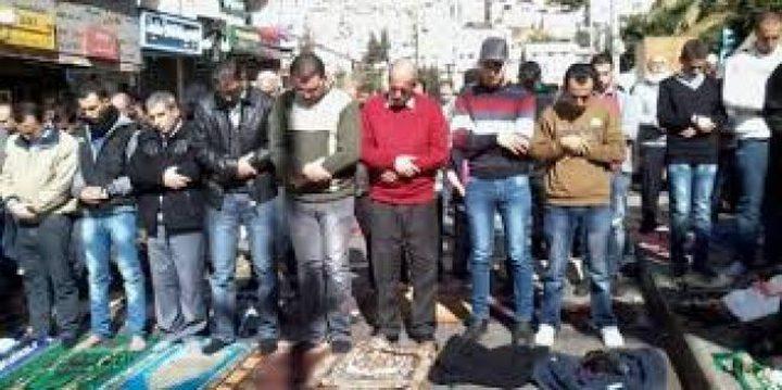صلاة الجمعة بخيمة التضامن مع الاسرى