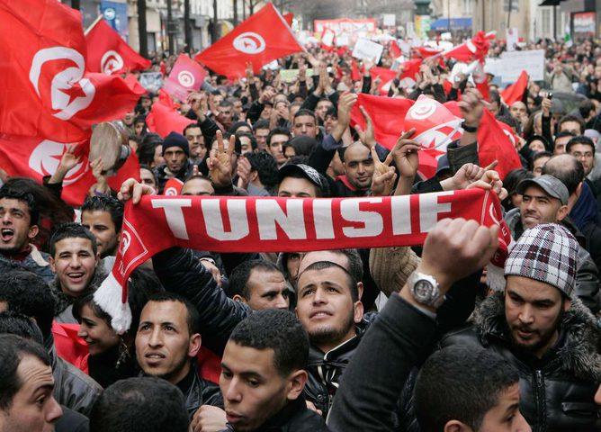 احتجاجات تونس تطيح بكبار المسؤولين
